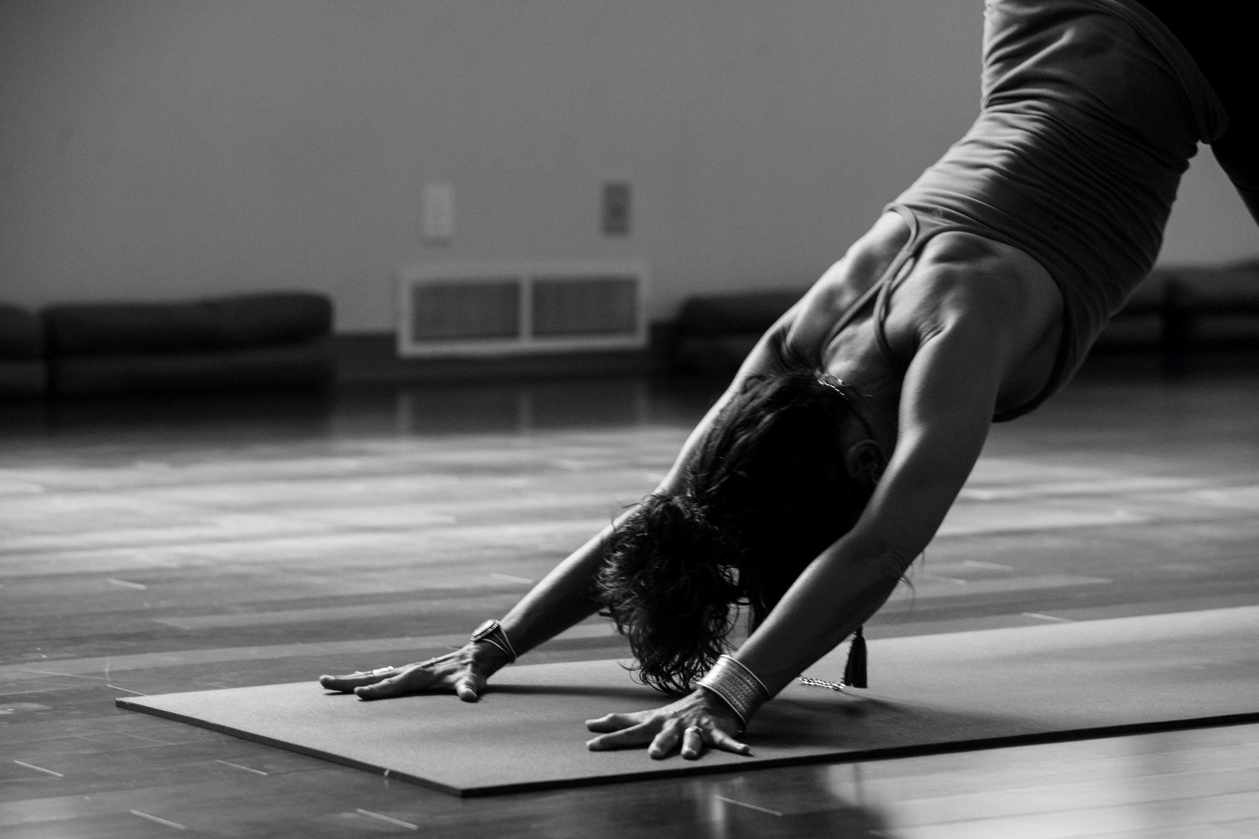 Skab fornyet energi og bedre kommunikationsevner med yoga